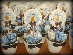 Vaso de cerâmica (medida aproximada 14x14cm) - com flores de tecido - e topper personalizado de urso azul e marrom.  Pedido Mínimo: 10 unidades.  Lindo para ser utilizado como centro de mesa - em aniversários.  Personalizamos em qualquer tema! R$28,00