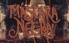 """O filme de Curta-metragem Máscara Negra conta a historia de Gregório que tem na vida grandes amigos e uma paixão platônica por uma mascarada que encontrou num baile de carnaval. Todo ano ele e os amigos organizam um jogo de futebol beneficente travestidos de mulher, esse ano foi diferente. """"Máscara Negra"""" trata das máscaras queLei mais"""