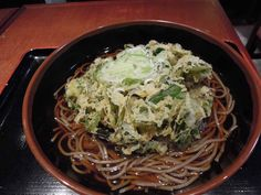日本橋 銀座  よもだそば 週替りそばの、いろいろ葉物のかき揚げ天そば。ケール、ほうれん草、小松菜、ニラ、わさび菜、さらにランダムにみぶ菜、水菜、ルッコラにチンゲン菜と6種の葉物野菜