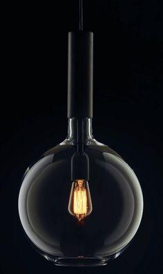 Handmade in Sweden: Exklusive Design-Kugelleuchte aus Glas und Messing