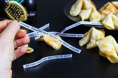 Selbstgemachte Glückskekse mit lustigen Sprüchen :) - http://www.fuerleibundseele.com/selbstgemachte-glueckskekse/