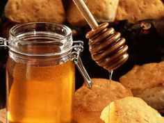 Honey is a natural, sweet and healthy food that is made by bees from the nectar in flowers. Besides being a natural antibacterial, honey has many more positive health benefits. Read on to learn about the many health benefits of honey. Natural Home Remedies, Herbal Remedies, Health Remedies, Cough Remedies, Honey And Cinnamon Cures, Dieta Fodmap, Honey Benefits, Health Benefits, Cinnamon Benefits