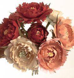 """Bouquet de peônias em papel  com 5 tonalidades: Creme, marfim, rosa, vermelho e rubi. - A peônia é uma flor muito apreciada pelas noivas ao redor do mundo e em especial, pelos Chineses, que lhe chamam """"a mais bela"""" e para quem ela simboliza beleza e prosperidade.  - Bouquet com 8 flores em tamanho igual ao das flores naturais - Papel importado 120 e 180 gramas - Diâmetro do bouquet tem 24 cm com 35 cm de comprimento - Cores a escolha da cliente na paleta acima. R$ 250,00"""