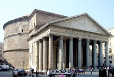 PANTEON W RZYMIE  Świątynia na planie kolistym (rotunda) z ośmiokolumnowym portykiem (porządek koryncki), zbudowana w Rzymie przez cesarza Hadriana w 129 AD. Jej kopuła o średnicy 44 m jest połową kuli opartej o podłogę budowli. Było to największe przekrycie kopułowe na świecie do początków XX wieku. Jedynym źródłem światła jest otwór w szczycie kopuły (oculus) o średnicy 9 m.