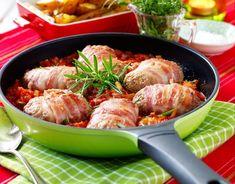 Baconlindade färsbiffar med tomatsås