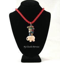 Collar con cordon rojo, piedras de colores y colgante de elefante