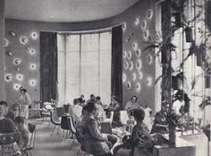 """Wnętrze kawiarni w hotelu """"Monopol"""" we Wrocławiu, druga połowa lat 60. [fot. Stefan Arczyński]"""