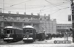雪の中、渋谷駅西口で電車を待つ人たち=1947年