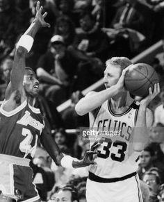Fotografia de notícias : The Celtics' Larry Bird faces the Lakers' Michael...