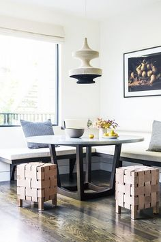 We love this house in San Francisco - designed by Lauren Geremia. She used a neutral color palette to create an welcoming atmosphere. The  woven stools fit perfectly into this nice dining room. The round dining table is a beautiful place to share your meals with family and friends.  Do you want to see all the pictures of this great house? Check our website!