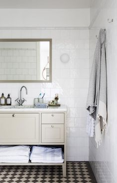 Bathroom in shaker style. Bathroom in shaker style. Bathroom in shaker style. Modern Master Bathroom, White Bathroom, Small Bathroom, Bathroom Ideas, Master Bathrooms, Bathroom Designs, Bathroom Bench, Bathroom Vintage, Bathroom Layout