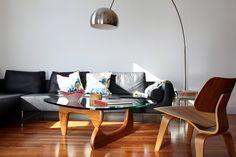mesa Noguchi, lámpara arco, silla Eames