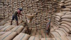 De voedselprijzen zijn in februari met 2,6 procent gestegen op één maand tijd. Dat is de sterkste stijging in anderhalf jaar. Vooral palmolie, granen, zuivel en suiker werden vorige maand duurder, als gevolg van weersomstandigheden en van de hogere vraag. Enkel vlees werd iets goedkoper.