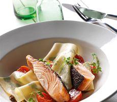 Gebakken zalm met pasta en trostomaatjes Cantaloupe, Catering, Dairy, Pasta, Cheese, Fruit, Food, Meal, Catering Business
