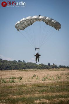 Launch of the paratroopers of the Para (E.I.) for the inauguration of the festival medieval village of Monteriggioni (Tuscany - Siena - ITA)