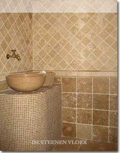 warme kleuren tegen de badkamerwand. hier in een 30x60 cm formaat, Badkamer