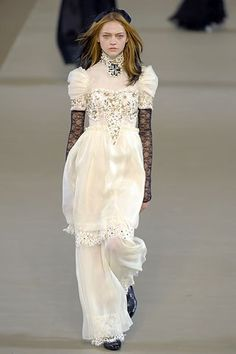 Chanel Fall 2006 RTW - Runway Photos - Fashion Week - Runway, Fashion Shows and Collections - Vogue Quirky Fashion, High Fashion, Fashion Show, Vintage Fashion, Fashion Outfits, Chanel Wedding Dress, Wedding Dresses, Chanel Dress, Beauty And Fashion
