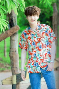 a rare pic of yoongi wearing short sleeves like holy crap his arms are pALE Suga Suga, Jimin, Min Yoongi Bts, Min Suga, Bts Bangtan Boy, Daegu, Kim Namjoon, Kim Taehyung, Agust D