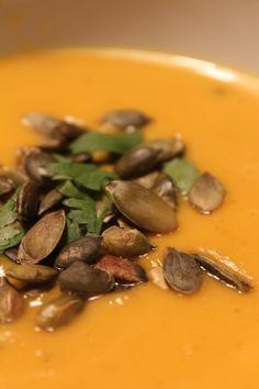 Bataatti-inkiväärikeitto (neljälle) 1 sipuli 1 iso bataatti 4 porkkanaa 2 valkosipulin kynttä ½ tuore chili 2 kasvisliemikuutiota 1 prk kookosmaitoa reilu 5cm pala inkivääriä 1 rkl limen kuorta raastettuna ½ limen mehu ripaus juustokuminaa, mustapippuria ja laatusuolaa maun mukaan ½ dl tuoretta korianteria luomuvoita tai kookosrasvaa paistamiseen vettä kasvisten keittämiseen