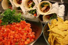 Broilerilla ja chili-paputäytteellä sekä tuoreilla kasviksilla täytetyt tortillat sekä tuoretomaattisalsa yrityksen iltatilaisuuteen. Kesä 2015.