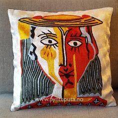 Pynteputa - Portrett Fylt Hvit. Denne puten er inspirert av moderne, abstrakt kunst og finnes i flere versjoner. Motivet er tøft og stilig og har et spennende design inspirert av moderne kunst. Det vil gi et ekstra løft til interiøret ditt. Puten har hvit bakgrunn, og fargene dyp rød, mørk grønn, skarp gul, lys blå og sort. Fra nettbutikken www.pynteputa.no #pyntepute #pynteputer #pynteputa #farger
