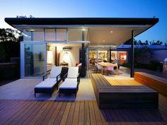 terrasse en bois ou composite, terrasse stylée et belle d'une maison moderne