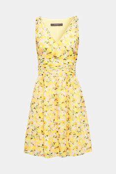 Denna feminina klänning med blommönster imponerar med rosettdetaljer och  midjeband. 05bad555a969d