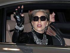"""Lady Gaga canceló el resto de su gira, """"Born This Way Ball"""", para someterse a una operación de cadera, dijo el miércoles su patrocinador Live Nation. La cantante de 26 años anunció esta semana que sufría una inflamación en las articulaciones, pero el director de gira dijo que las lesiones de Gaga era más graves [...]"""