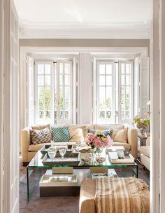 Salón clásico con grandes ventanales y mesa de centro de cristal_ 00407764