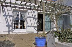 Grande maison T7 agréable à vivre en centre-ville sur jardin de 1600 m² : hall, séjour 55 m² surmonté d'1 mezzanine, cuisine, 3 chambres, bureau, salle de jeux, 2 logements T2 et T3 attenants et combles à exploiter. Idéale pour projet familial ou hà´telier.