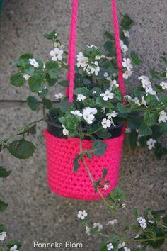 Een gratis Nederlands haakpatroon van een plantenhanger. Wil jij deze plantenhanger ook haken? Lees dan verder over het Haakpatroon Plantenhanger . Diy Haken, Crochet World, Free Crochet, Planter Pots, Crochet Patterns, Diy Crafts, Tapestry, Knitting, Create