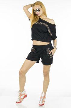 Trening Dama Black Gold  -Trening dama  -Model compus din bluza si pantalon scurt, ce poate fi purtat cu usurinta  -Detaliu strasuri aurii     Lungime bluza: 64cm  Talie bluza: 42cm  Lungime pantalon: 35cm  Talie pantalon: 35cm  Compozitie: 100%Bumbac