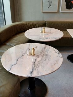 Granger & Co Kings Cross - Table Bistrot Pierre + Sofa Cuir | soft pink marble tables