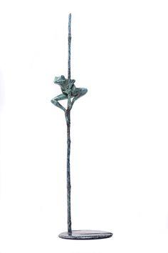 Tree frog bronze sculpture by wildlife sculptor David Meredith.