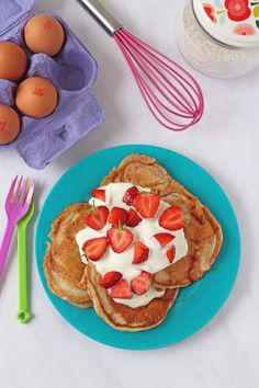 Delicious fluffy healthy pancakes made with yogurt for an added protein boost and sweetened only with honey. Perfect for a snack or breakfast for the whole family. Pancakes For Dinner, Breakfast For Dinner, Breakfast Recipes, Breakfast Ideas, Pancake Recipe With Yogurt, Yogurt Pancakes, Strawberry Pancakes, Protein, Tasty