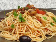 Spaghetti cu sos de roşii, capere şi ciuperci Romanian Food, Romanian Recipes, Spaghetti, Pizza, Cooking, Ethnic Recipes, Mariana, Salads, Baking Center