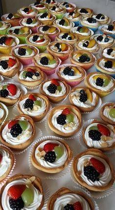 ΓΙΑ ΤΗΝ ΚΡΕΜΑ 1 λίτρο γάλα 3 αυγά 1 βανίλια 120 γραμμάτια κορν φλαουρ 200 γραμμάρια ζάχαρη Ανακατεύετε όλα τα υλικά μαζί σε μια κατσ... Wedding Desserts, Mini Desserts, Just Desserts, Cake Recipes, Snack Recipes, Dessert Recipes, Snacks, Eclairs, Cold Finger Foods
