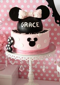 Very cute Minnie mouse cake. I love Minnie Mouse! Minni Mouse Cake, Bolo Da Minnie Mouse, Minnie Mouse Birthday Cakes, Minnie Mouse Party, Mouse Parties, Mickey Mouse, First Birthday Parties, 2nd Birthday, Birthday Ideas