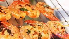 Krewetki z grilla - sprawdź prosty przepis na pyszne danie z owocow morza prosto z grilla! Shrimp, Grilling, Meat, Food, Crickets, Essen, Yemek, Grill Party, Eten