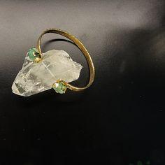 Brazalete en bronce con enchape de oro 24K. Diseño con acabados rústicos y dos esmeraldas  morralla. BEBGP001 Precio boutique COP $133.000 Precio onlinea COP $93.100.   Ordena y paga aquí -> http://mpago.la/Aa39  contactanos www.makla.co. Bracelet / Bronze Gold Plated / Colombian Emerald