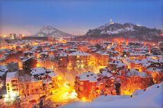 Plovdiv ofrece uno de los cascos antiguos más bonitos de Europa, con los espectaculares montes Ródope al fondo, además de miles de tesoros históricos, una animada vida nocturna y un peculiar sentido del humor. Fotografía de Maya Karkalicheva / Getty Images.