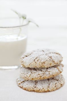 Cookies with nuts for your christmas at home. Christmas Snacks, Christmas Cooking, Winter Holidays, Food Inspiration, Eat Cake, Glass Of Milk, Tapas, Caramel, Biscuits