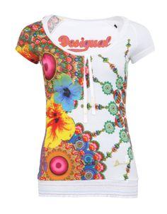 Tričko Desigual Sharon má bílý základ, který je posetý všemi barvami na které si jenom vzpomenete. Dále ho zdobí různé druhy květin, vzorů a materiálů.