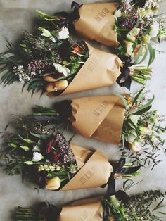 love this gift idea for wrapping a bouquet of flowers in kraft paper