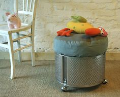 Washing machines have large stainless steel drums, detournable easily through grommets that go around the tank. We can graft caster feet, close the top with a lid. The tank is soft under the fingers and brushed stainless steel proves a modern material, strong and lightweight.