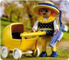 Una niña en chándal empujando un carrito de bebé | Blog personal de pequeñas cosas