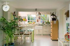 Casinha colorida: Home Tour: anos 70 em verde limão