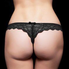 Triumph WEB限定desir「Love Addiction」ストリング トリンプWEB限定シリーズ「デジール」。テーマは「Love Addiction」。 色鮮やかな椿のエンブレースを艶やかなサテン地にあしらい、男性を痺れさせて虜にさせる女性をイメージ。 肌に多彩な影を落とすサイドのストリング使いと、後身頃の総レースがセクシーなデザイン。 フロントのエンブレースとサテンが華やかな印象です。