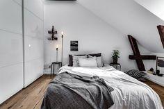 quarto de casal pequeno, em tons de cinza e madeira, e armário grande