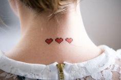 Lembra dos joguinhos 8bit, que popularizaram o Mário Bros e o Zelda? Então, conheça a técnica de tatuagem pixelada! Geeks à parte...